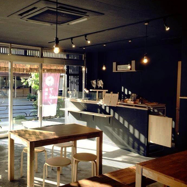 浅草飴細工アメシン 浅草本店工房ではカフェスペースとしても親しまれています。