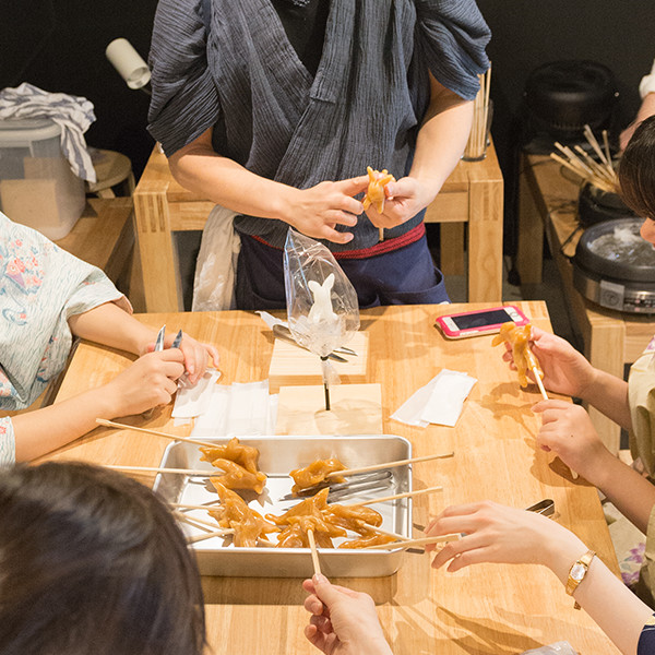 浅草飴細工アメシンでは浅草 本店工房にて予約制の体験教室を実施しています。